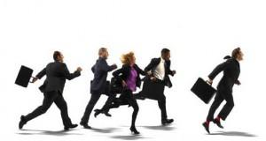 oameni-alergand-spre-locul-de-muncaa-300x160